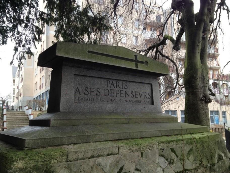 Le cénotaphe de 1870  Ce monument en granit est offert par la ville de Paris en hommage aux défenseurs de la capitale tombés le 29 novembre 1870 sur le sol de L'Haÿ.